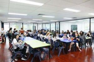 ランチルームでは他のクラスの生徒たちとも交流できます。