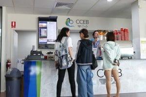 キャンパス内にCCEB Cafeというカフェがあります。 学生はここでコーヒーを購入することができます。 また、バリスタのトレーニングなどでも利用されています。