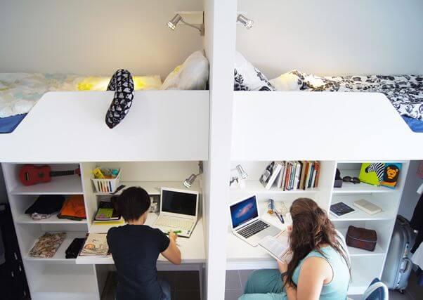 ベッドの下が机と棚になっていて各自がプライベートな空間を維持