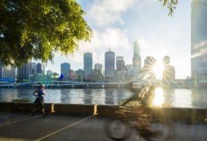 川沿いをジョギングしたりサイクリングしてる人がたくさん
