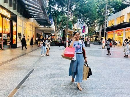 この通りはショッピングセンターや洋服屋さんもたくさんあります。