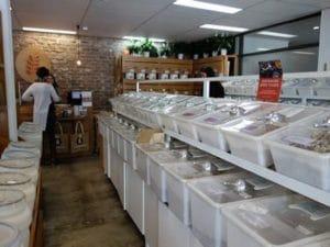 「バルクショップ」と呼ばれるお店は、ナッツやお米などすべて量り売り