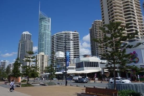 海沿いには高層マンションやホテルが並びにぎやかなゴールドコースト