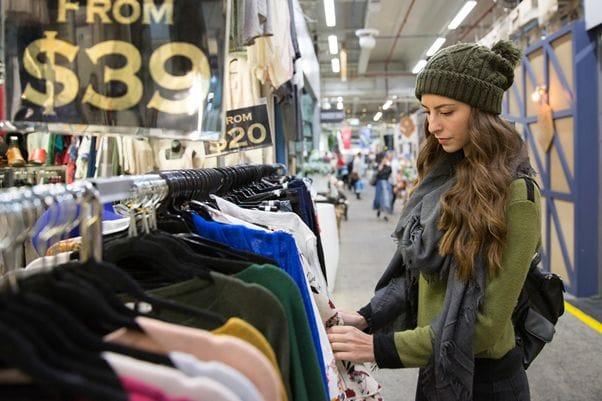 マーケットで安く洋服をゲットしよう。