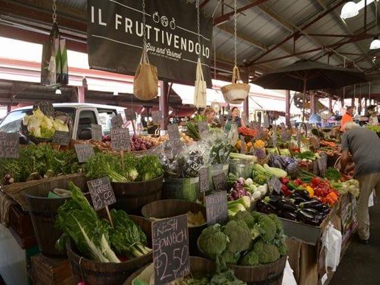 ビクトリアマーケットは市内にあるマーケットで気軽にお買い物できます。