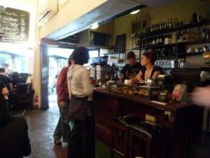 カフェが密集したストリート。店内よりも外のテーブルでくつろぐのが人気