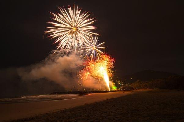 大晦日にヌーサビーチで打ち上げられる花火