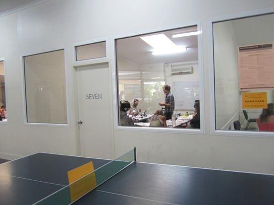 Lexis English Noosaの授業の様子。教室には大きなガラスがあり開放感があります
