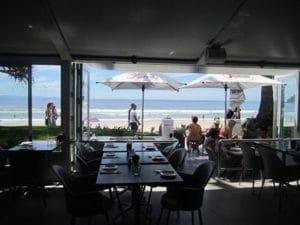 海沿いの人気レストラン