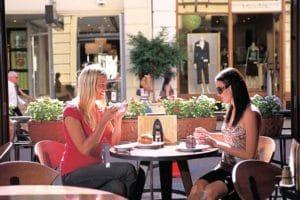 他の街と同じく、留学生の仕事は飲食業が多め