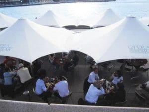 昼さがりの海岸沿い。昼からビールを飲むビジネスマンも!パワーランチというのでしょうか??