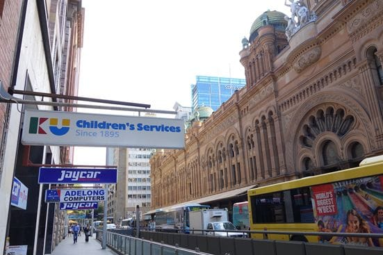 バスが連なる朝のラッシュ時のシドニーの風景