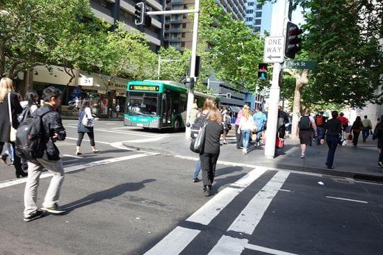 よく晴れている日は、街を闊歩するのが気持ちいいです。バスもたくさん走っています。