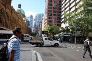左に見えるのは駅です。こうして古い建物と新しいビルが混在しているのもシドニーの魅力