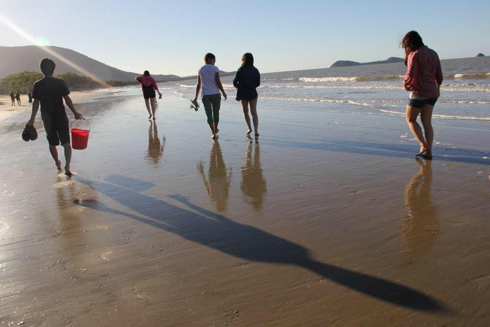 のんびりと散歩できる静かなケアンズのビーチ