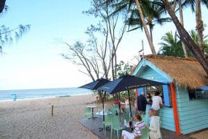 ケワラビーチリゾートにあるビーチバーは地元の人に人気の健康的なバー。金曜には釜焼きのピザも楽しめます。