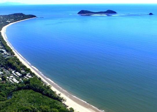 ハンググライダーをするとこんな景色も一望できる。ケアンズのビーチ。