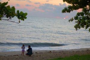 ケアンズのローカルエリアでは、子供と一緒に遊ぶこんな風景がよく見られます