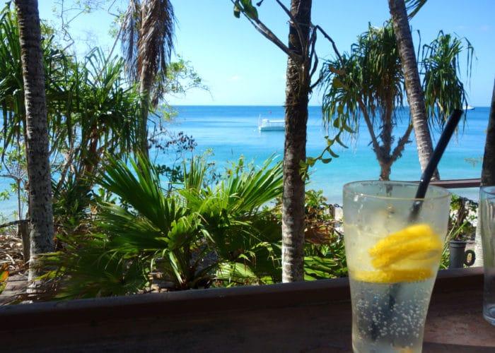 フィッツロイ島にいってダイビング。帰りの船をレモネードを飲みながら待っているところ。