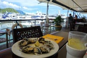 オーストラリアの牡蠣も絶品ですよ!レモンをぎゅっと絞って頂きます。