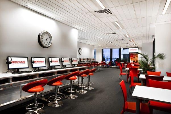 各教室の椅子や机にはお洒落で使い心地のいいものを取り入れられている