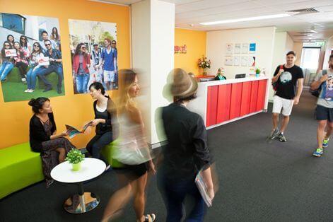 校舎に入るとカラフルで明るい雰囲気。多国籍の学生さんがいます