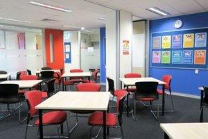 クラスルーム。ここで皆さん授業を受けます