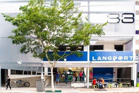 学校はブリスベン市内の便利な場所に立地。学校のすぐ隣がカフェになっています。