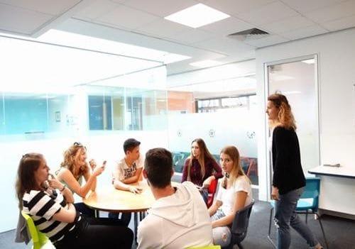 クラスの外の広いスペースを使ってグループでディスカッションをしたりします。