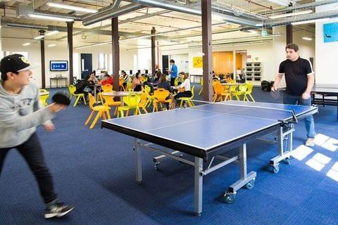 ランチタイムや放課後、休憩時間には卓球台で遊ぶ学生もいました。