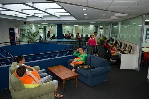 2階のスペースでくつろぐ学生たち