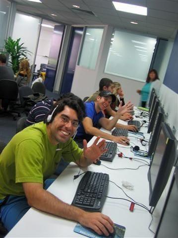 パソコンを使った授業も。フレンドリーな学生がたくさん。