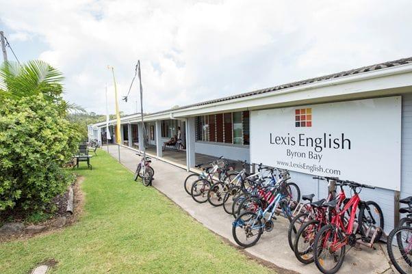 自転車通学が一番多く海に近いのが特徴。学校が終わるとみんなビーチへ繰り出します。