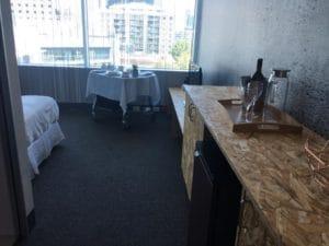 学校の中に作られた「ホテルの部屋セット」。ここでホテルマンになるための練習をします。