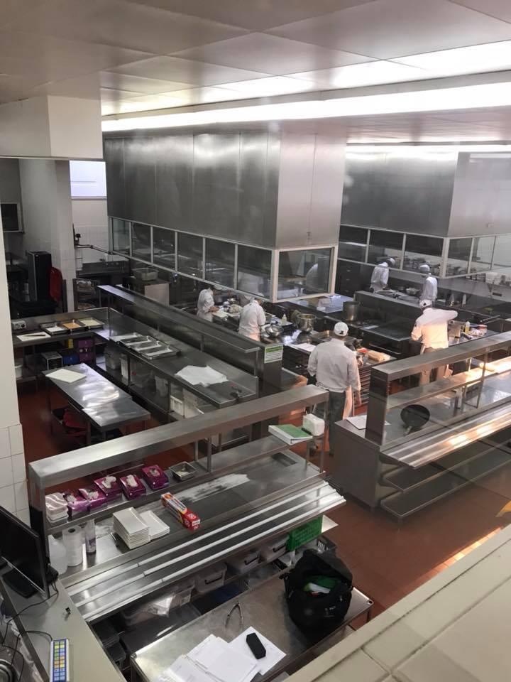 調理専門コースの巨大厨房