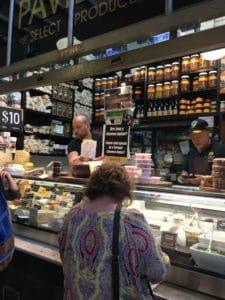 ローカルの市場での買い物は。オーストラリアの人々との会話のチャンス