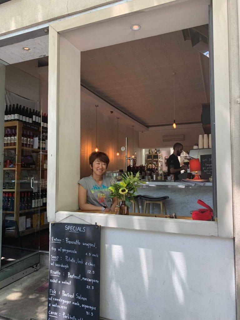 海外で新しい暮らしが待っています。オーストラリアのカフェで週末を過ごす毎日は最高です。