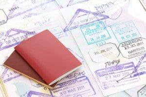 パスポートを用意してください。
