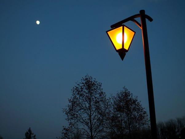 暗い夜道は世界中どこでも注意してください
