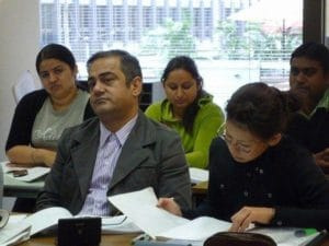 OET試験準備対策コースでは海外のドクターたちも参加するので年齢層が高めです。
