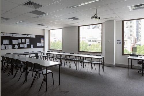 新しいビルで学校は気持ちいいです。