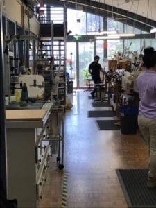 院内にある義足・義手を作る作業場を見学しました。