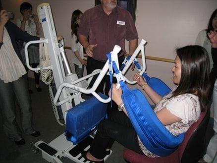 エイジドケア施設を訪問。これはワーカーが腰を傷めないためのリフト器具。患者さんをもちあげます。