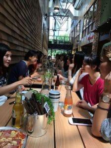 現地に留学中の学生さんたちが集まって巨大な女子会。40名近く集まって圧巻でした。
