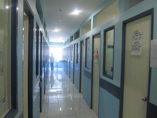 こういう感じでマンツーマンレッスンの部屋が並んでいます。学生さんは40-45分ごとに部屋を移ります。