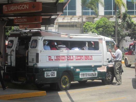 ジプニーと呼ばれる相乗りワゴンが市民の足。慣れてくると、学生たちはこれを乗りこなします!