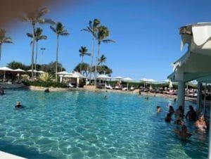 プールを満喫する人たちも日焼け止めは必ず常備しています。