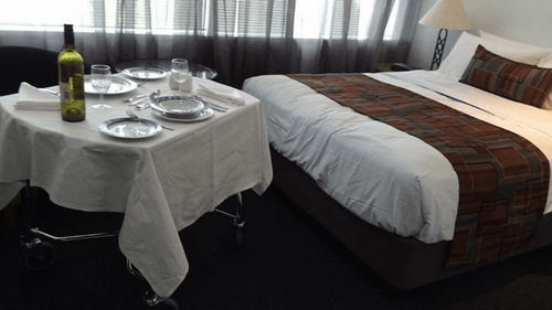 ホテルの部屋のレプリカが学校内にあります。ここでベッドメイキングなどの練習をします。