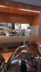 厨房ではクッキングコースの学生が腕を振るいます。