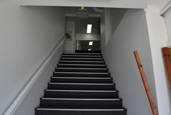 ドアを開けると、いきなり階段です。